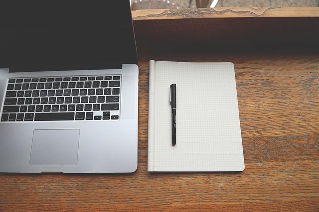 zápisník u notebooku.jpg