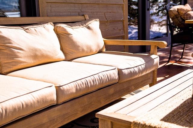 dřevěná sedačka a stůl venkovní