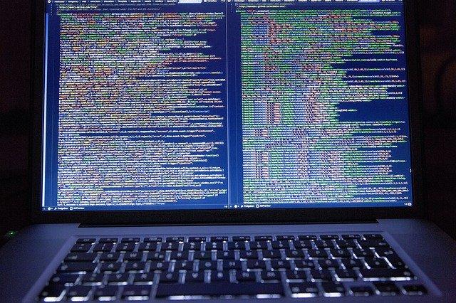 velká obrazovka se zdrojovým kódem.jpg